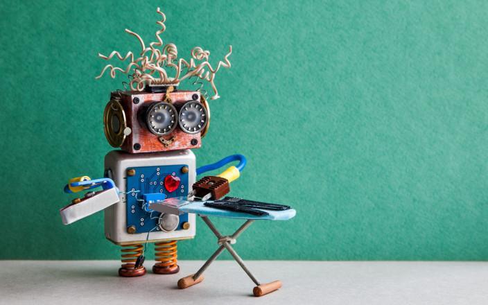 Leikkirobotti silittää vaatteita