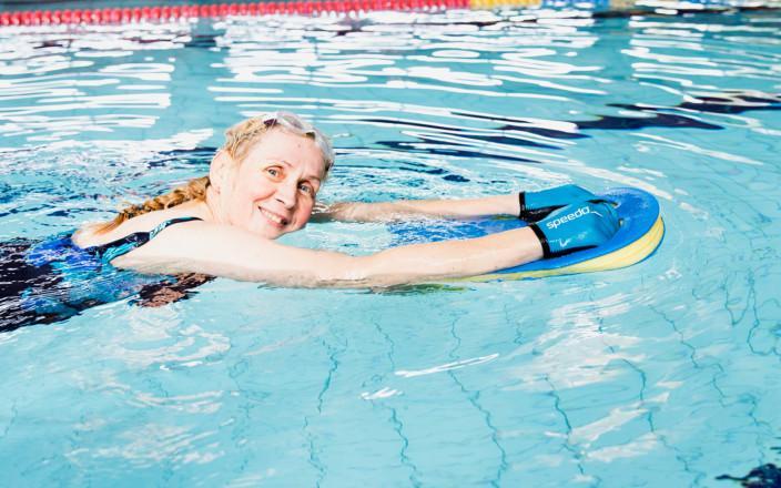 Arja Pappinen ui allaskäsineiden kanssa