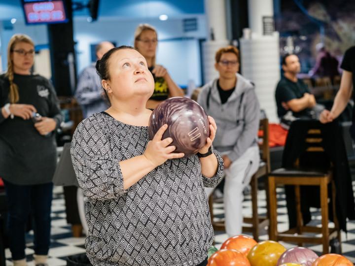Jaana Siltala pitää kädessään keilapalloa ja keskittyy heittoon.