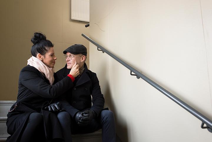 Sanna ja Jari-Pekka Avantola istuvat portailla.