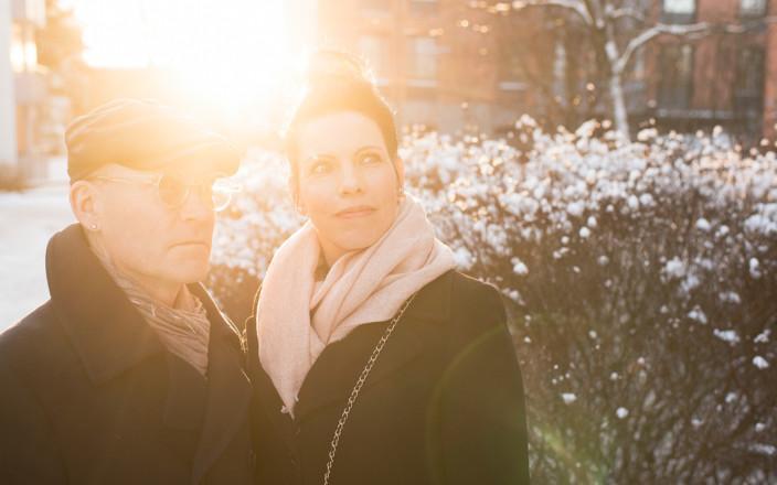 Kuva Sanna ja Jari-Pekka Avantolasta seisomassa lähekkäin ulkona.