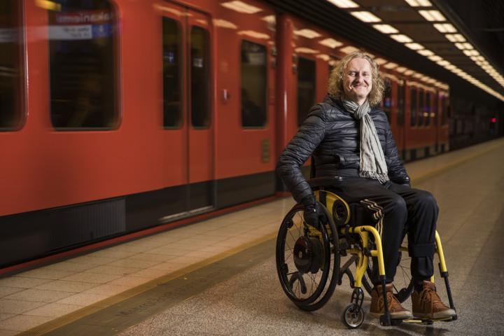 Tuomas Hakamäki pyörätuolissaan.