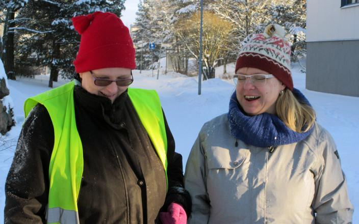 Sari Suomalainen henkilökohtaisen avustajansa kanssa.