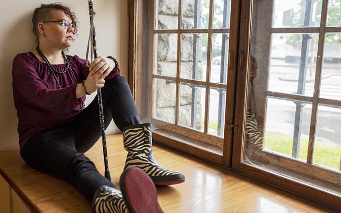 Amel Belhaj istuu Kansallismuseon ikkunalaudalla