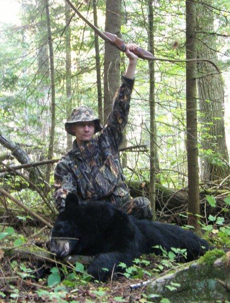 Juha Lantto Kanadassa kaatamansa mustakarhun kanssa.